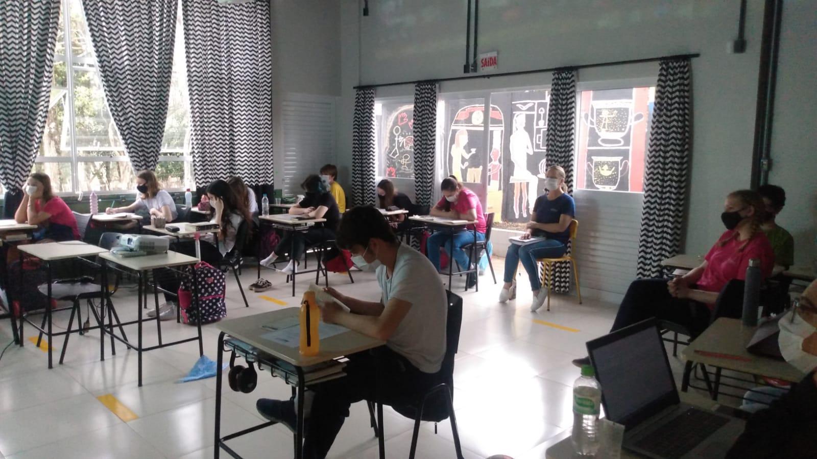 Cemac promove palestra em escola